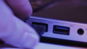 Closeup av USB exponeringsdrev som sätts in in i port på sidan av ett l lager videofilmer