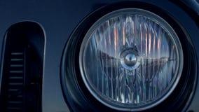 Closeup av vända av billyktan av en bil lager videofilmer