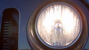 Closeup av vända på billyktan av en bil arkivfilmer
