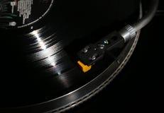 Closeup av vinylskivtallriken, hifi- headshellkassett i handling, Retro grammofon som spelar den parallella disketten med musik s Royaltyfri Foto