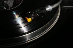 Closeup av vinylskivtallriken, hifi- headshellkassett i handling, Retro grammofon som spelar den parallella disketten med musik s Royaltyfria Bilder