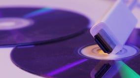 Closeup av vit HDMI-kabel med den reflexion för ` s på tom diskett arkivfilmer