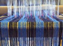 Closeup av Warp trådar baktill av en väva vävstol Arkivbilder