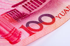 Closeup av yuananmärkningen för kines som 100 RMB fokuserar på text Arkivbild