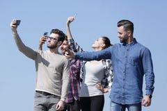 closeup bons amis faisant un selfie Images libres de droits