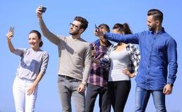 closeup bons amis faisant un selfie Images stock