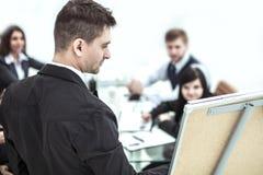Closeup - chefen ger en presentation av ett marknadsföringsprojekt arkivbild