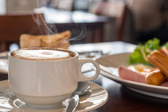 Closeup of a cup of coffee at coffee shop Royalty Free Stock Photos