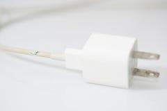 Closeup den brutna uppladdarekabeln på vit bakgrund Royaltyfri Fotografi