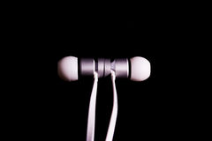 Closeup Det för metall för Earbuds hörlurhörlurar vit trendig Royaltyfri Foto