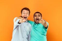closeup Deux amis de bonheur s'étreignant, dirigeant fing Photos stock