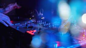 Closeup Dj som spelar på progressiv elektrisk musik för disko på en friare Royaltyfri Bild