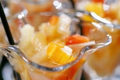 closeup Efterrätt med stycken av frukt Buffé för morgonhotellfrukost Efterrättfruktcoctail i koppar Royaltyfria Bilder