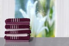 Closeup en bunt eller en hög av randiga handdukar på den ljusa tabellen in för arkivbild