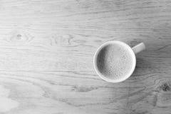 Closeup en kopp av varmt grönt te på den rena trätabellen i morni Arkivfoton
