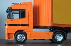 Closeup en orange souvenir för släplastbil royaltyfri foto