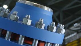Closeup färdig blå kompressor mot seminariumtak stock video