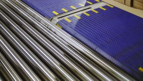 Closeup för ark för modern papp för transportörtransporter pappers- stock video