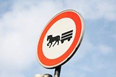 Closeup för begränsning för transport för häst för trafiktecken på himmelbakgrund royaltyfri fotografi