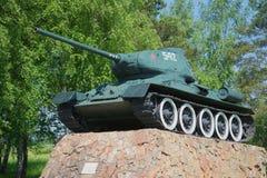 Closeup för behållare T-34-85 Monumentet på ingången till staden av Staraya Russa, Ryssland Arkivfoton