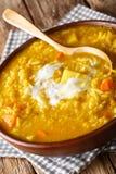Closeup för Britt-indier currykryddad soppasoppa i bunken vertikalt royaltyfria foton
