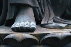 Closeup för Buddhastatyfot i Po Lin Monastery, Hong Kong Fotografering för Bildbyråer