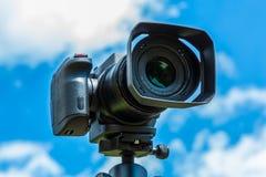 Closeup för Digital kamera på en bakgrund av himmel och moln Skjuta på läge och naturen Arkivbild