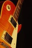 Closeup för elektrisk gitarr för tappning på svart bakgrund grunt djupfält Arkivbild