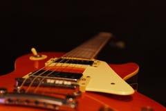 Closeup för elektrisk gitarr för tappning på svart bakgrund Selektivt fokusera Royaltyfri Bild