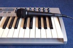 Closeup för främre sikt för framdel för Mic- och synthpianorulle Royaltyfri Bild