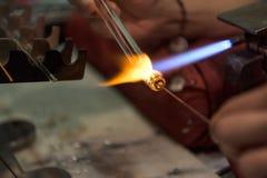 Closeup för glas för Murano glaskonstnär smältande royaltyfri fotografi