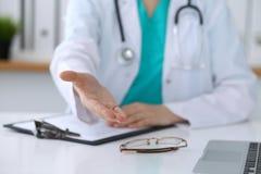 Closeup för hand för portion för kvinnlig medicindoktor erbjudande i regeringsställning Läkare som är klar att undersöka och spar Royaltyfri Fotografi