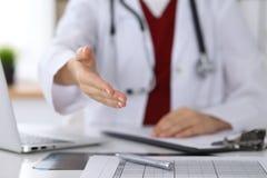 Closeup för hand för portion för kvinnlig medicindoktor erbjudande i regeringsställning Läkare som är klar att undersöka och spar Royaltyfri Bild