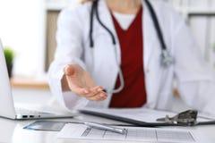 Closeup för hand för portion för kvinnlig medicindoktor erbjudande i regeringsställning Läkare som är klar att undersöka och spar Arkivbild