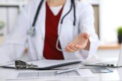 Closeup för hand för portion för kvinnlig medicindoktor erbjudande i regeringsställning Läkare som är klar att undersöka och spar Arkivbilder