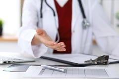 Closeup för hand för portion för kvinnlig medicindoktor erbjudande i regeringsställning Läkare som är klar att undersöka och spar Royaltyfri Foto