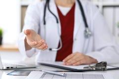 Closeup för hand för portion för kvinnlig medicindoktor erbjudande i regeringsställning Läkare som är klar att undersöka och spar Arkivfoton