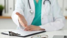Closeup för hand för portion för kvinnlig medicindoktor erbjudande i regeringsställning Läkare som är klar att undersöka och spar fotografering för bildbyråer