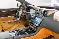 Closeup för hjul för Jaguar XJ bilstyrning i Kiev, Ukraina Royaltyfri Fotografi