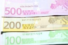 Closeup för hundra, tvåhundra och femhundra euroräkningar grund fokus Arkivfoton