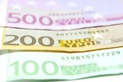 Closeup för hundra, tvåhundra och femhundra euroräkningar grund fokus Royaltyfri Fotografi