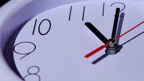 Closeup för klocka för Tid begreppsaffär på vit stock video