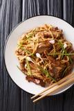 Closeup för nötköttChow Fun Noodles Pan-Fried Ho rolig Cantonese maträtt på plattan på tabellen Vertikal b?sta sikt royaltyfria bilder
