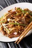 Closeup för nötköttChow Fun Noodles Pan-Fried Ho rolig Cantonese maträtt på plattan på tabellen vertikalt royaltyfri bild