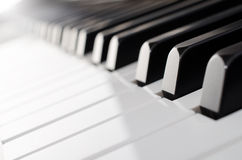 Closeup för pianotangentbord - sikt för låg vinkel arkivbild