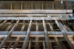 Closeup för press för stänger för metall för pappers- enhet för vikningmaskinveck inre royaltyfria bilder