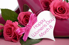 Closeup för skor och för rosor för stilett för hög häl för damer rosa Arkivbild