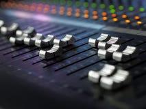 Closeup för skrivbord för studio för solid inspelning blandande Blandarekontrollbord royaltyfri fotografi