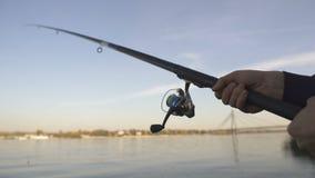 Closeup för snurrstång, manfluga-fiske nära floden, aktiv fritid, helg stock video