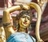Closeup för staty för brons för jordgudinna på framsida i thailändsk stiltempl Arkivbilder